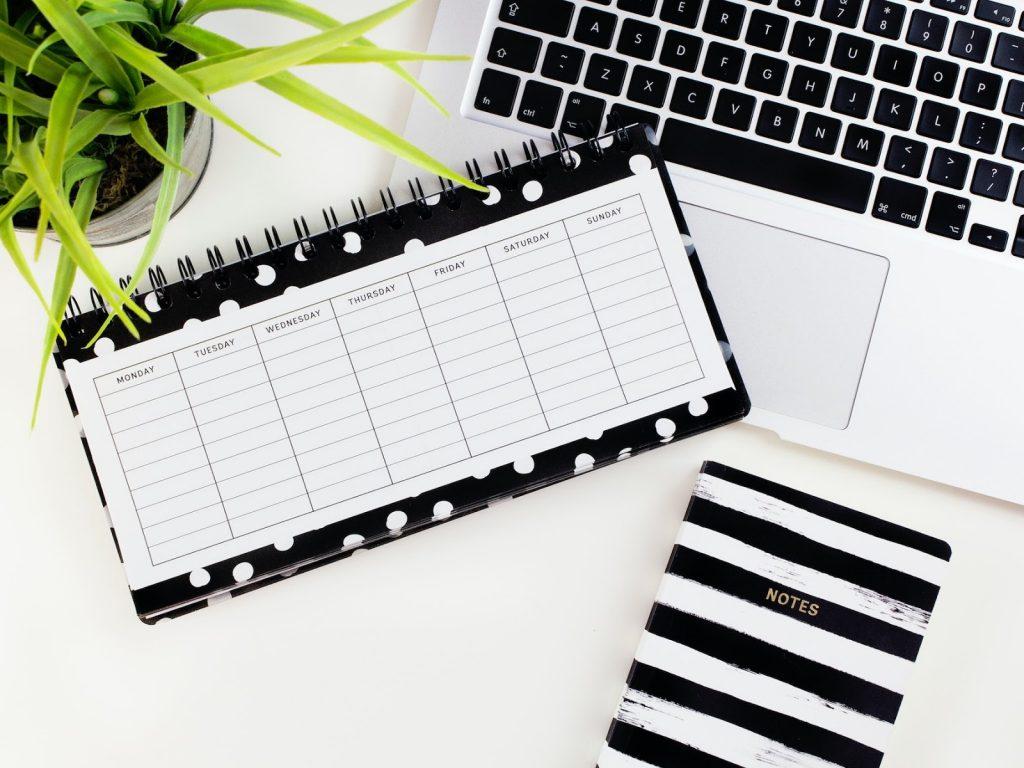 freelance-contract-laptop-agenda