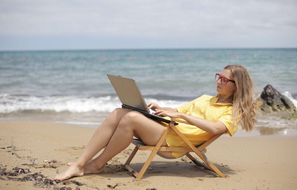 benefits-of-freelancing-laptop-beach-2